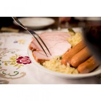 Geräuchertes Schweinskotelett mit Würstel und Sauerkraut