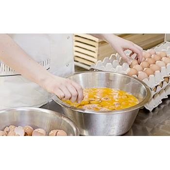 Die Eier werden einzeln kontrolliert