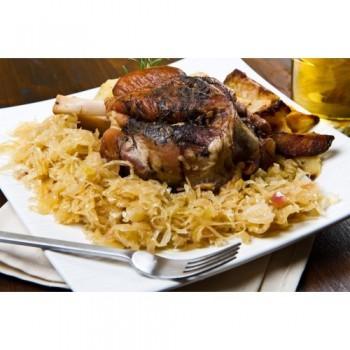 Vinschgauer Sauerkraut, hier mit Schweinshaxe serviert