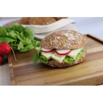 Ein gesundes und leckeres Vinschger'l mit Salat, Käse und Radieschen