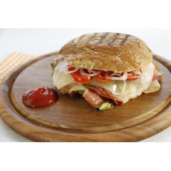Der köstliche und beliebte Bauerntoast mit Speck, Käse, Tomaten - im Ofen aufgewärmt