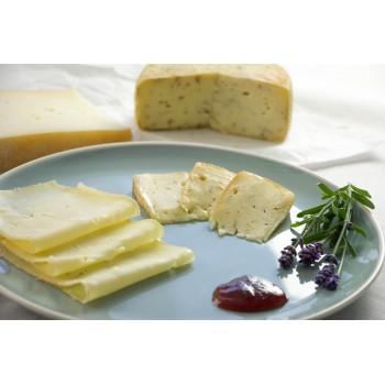 Von links: Plottner Käse, Heublumenkäse. Vorne: Senfsoße