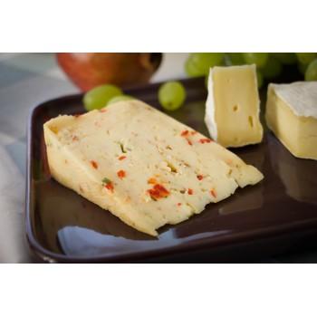 Paprika-Thymian-Käse serviert mit Camembert und Trauben