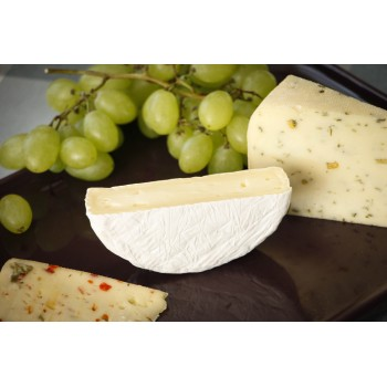 Camembert-Käse Hälfte mit Paprika-Thymian-Käse (links) und Bockshornkäse (rechts)