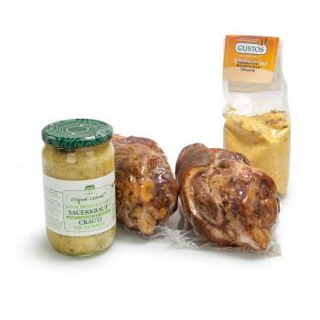 Südtiroler Abendessen mit Polenta, Schweinshaxe und Vinschger Sauerkraut