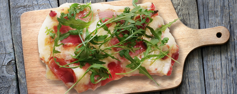 Pizza Speck und Camembert